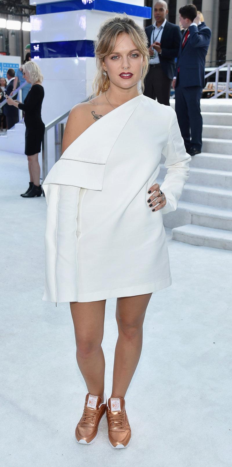 A cantora Tove Lo veste Dion Lee na edição 2016 dos VMA