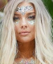 Maquiagem com apliques, cristais e brilho para o carnaval