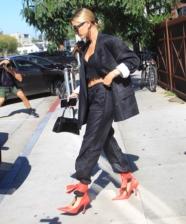 Sandália amarrada por cima da calça: tendência no street style